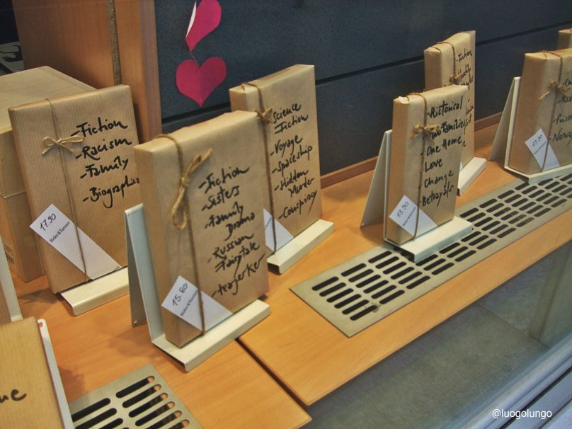 """ Don't have a date for Valentines? Try a blind date with a book!"" di una libreria in centro città che, in Occasione"