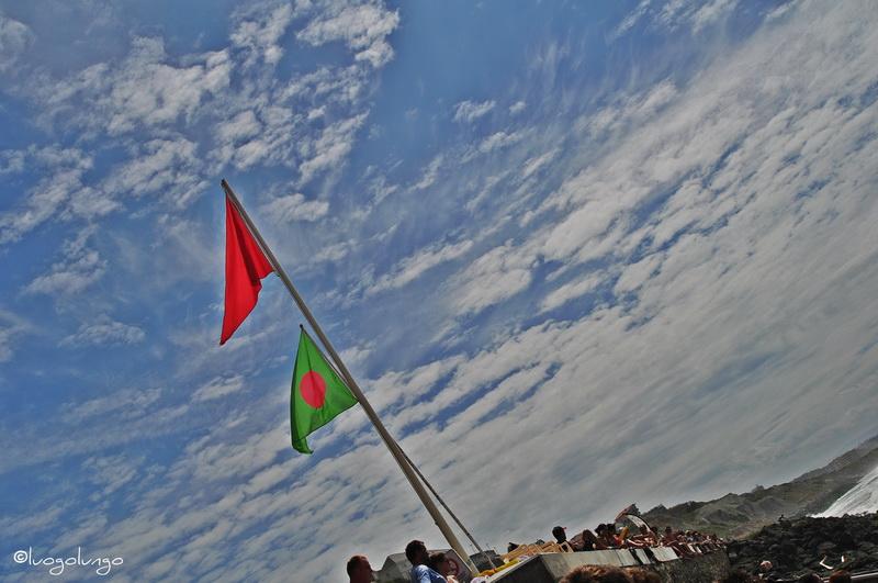 fot con raffigurato le bandiere d'avviso per bagno a Biarritz
