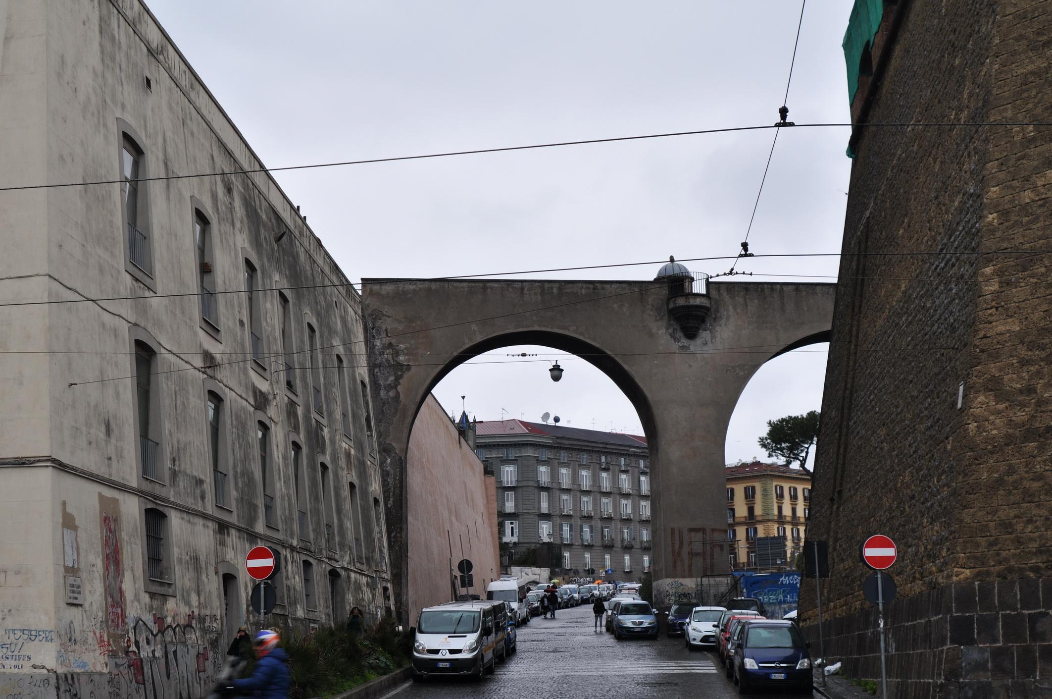 Arco che unisce il Palazzo Relae con il Castello Maschio Angioino