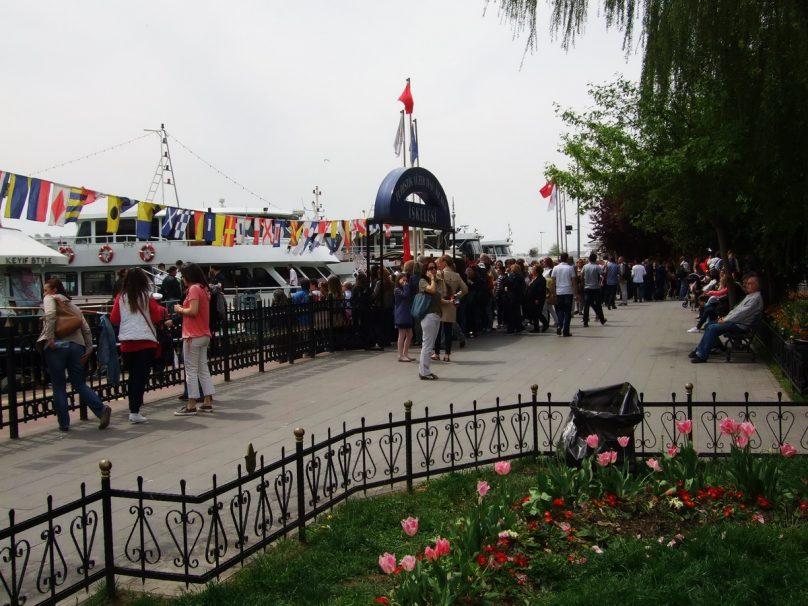 All'attracco dei traghetti, a Kabataş_luogolungo